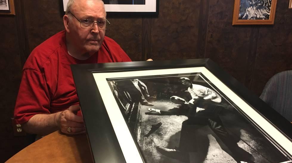Boris Yaro mostra a foto que fez de Kennedy
