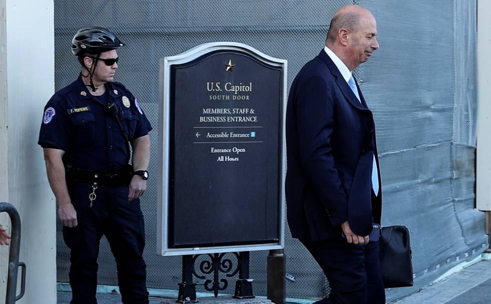 Gordon Sondland em 28 de outubro, após depor a portas fechadas no Congresso. Em vídeo, as chaves do 'impeachment'.