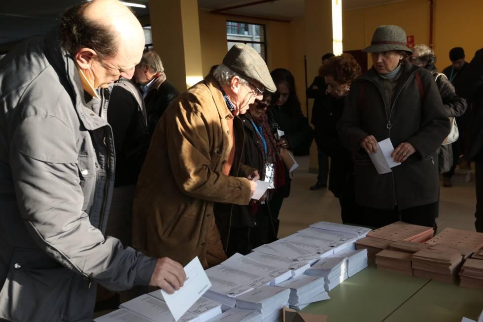 Votantes elegendo suas cédulas para o Congresso e o Senado, durante a passada cita eleitoral do 20-D.
