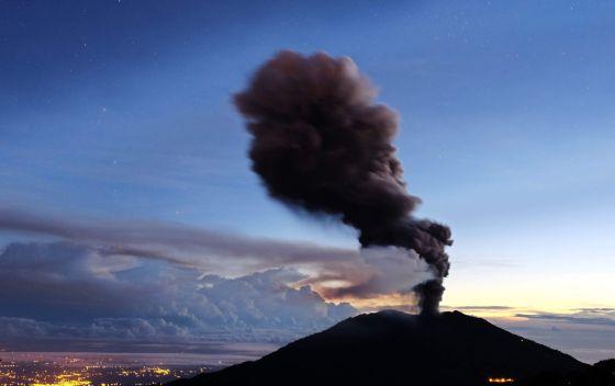 Coluna de fumaça e cinza expelida pelo vulcão Turrialba.