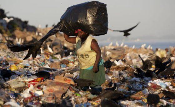Uma mulher em um aterro do Rio de Janeiro.