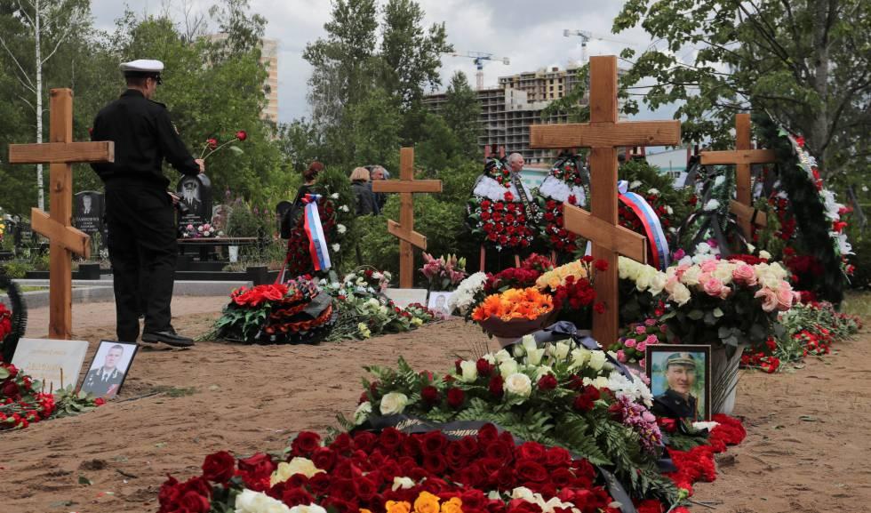 Parentes assistem ao enterro dos marinheiros mortos no submarino russo, neste sábado em um cemitério de São Petersburgo.