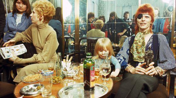 Duncan Jones, com os pais David e Angie, em 1974.