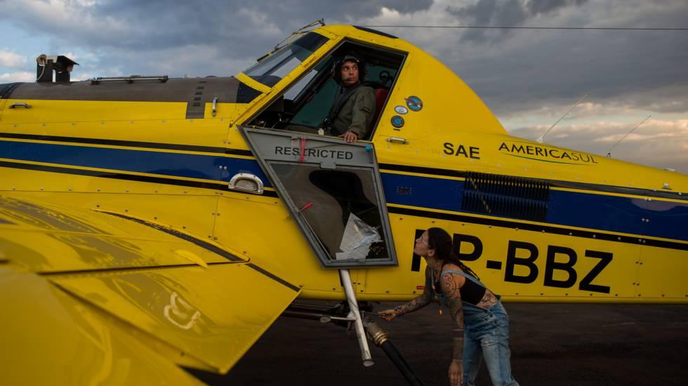 Uma voluntária abastece de combustível a um avião de combate contra incêndios.