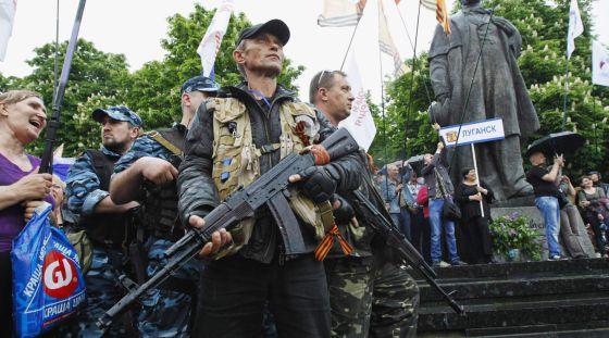Militantes pró-russos patrulham na celebração do referendo independentista.