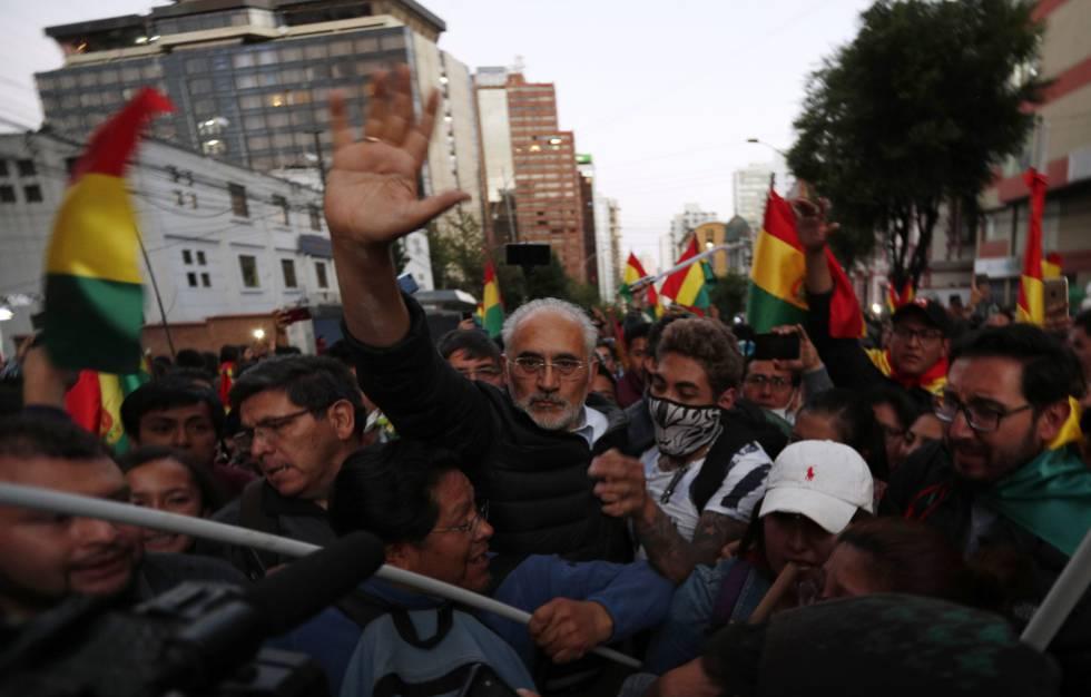 O candidato opositor, Carlos Mesa, nesta terça-feira, em uma marcha contra o Governo em La Paz.