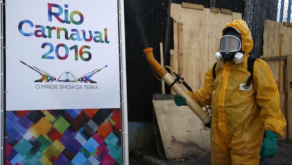 Agentes fazem a nebulização contra o mosquito no Sambódromo do Rio.