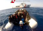 Duas embarcações estão à deriva no Mediterrâneo a ponto de naufragar. Em uma delas, morreram já 20 pessoas