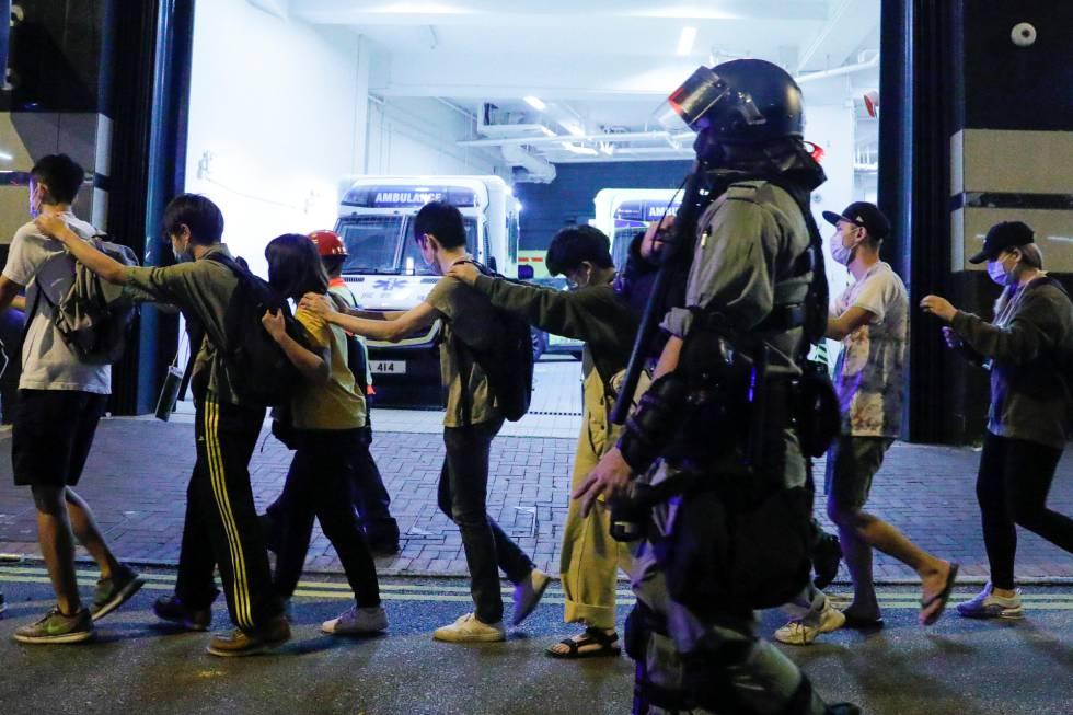 Manifestantes nas imediações da Universidade Politécnica de Hong Kong, nesta segunda-feira.