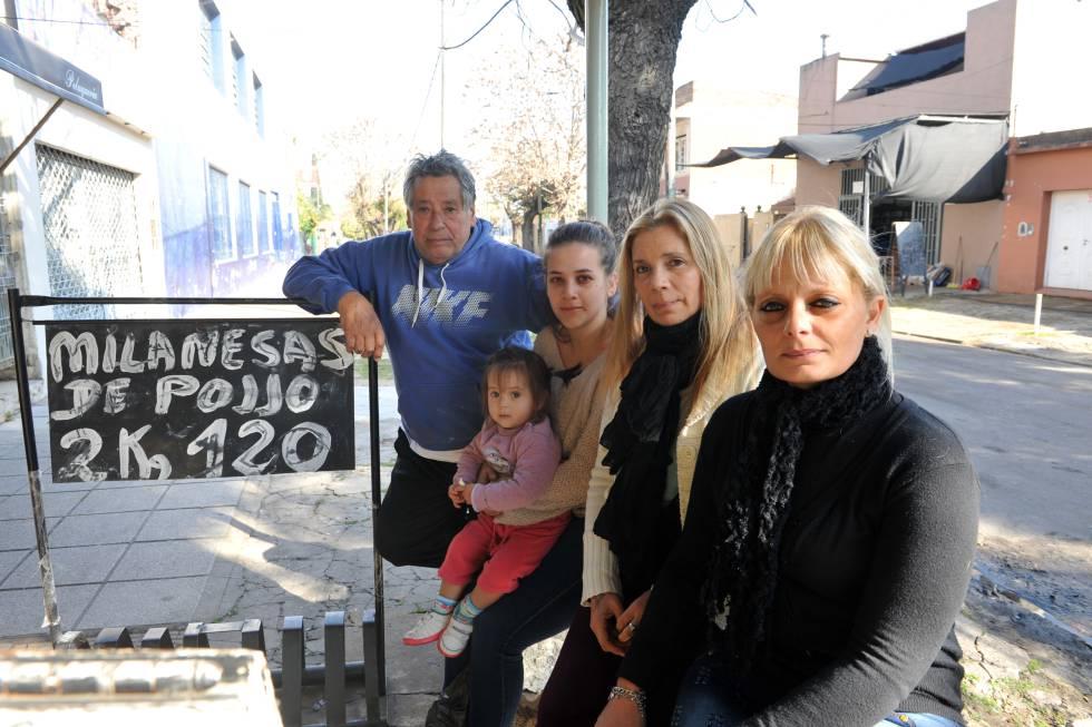 Juan Carlos, María Sol, Elizabeth e Ximena, moradores de Villa Galicia, em Lomas de Zamora.
