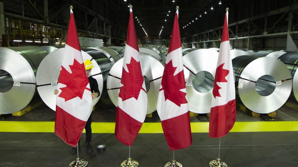 Bandeiras do Canadá em frente a cilindros de aço laminado da siderúrgica Stelco, em Hamilton.