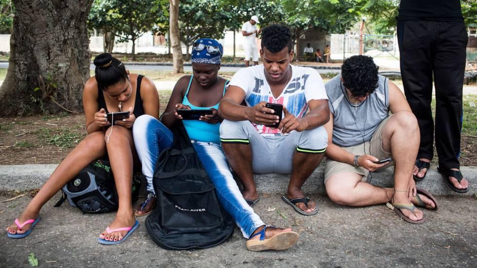 Pessoas de todas as idades se reúnem para se conectar neste e em outros pontos de Havana.