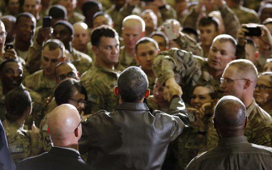 Obama com soldados norte-americanos na base de Bagram, no Afeganistão.