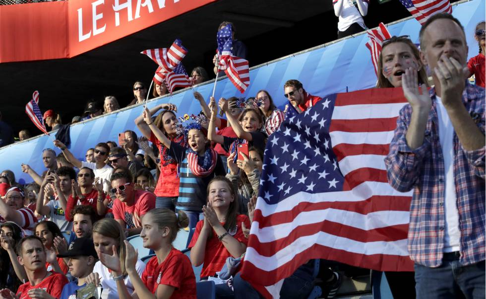 Torcedores dos Estados Unidos, no jogo contra a Suécia, em 20 de junho.